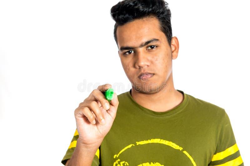 Jeune homme d'affaires tenant un marqueur image libre de droits