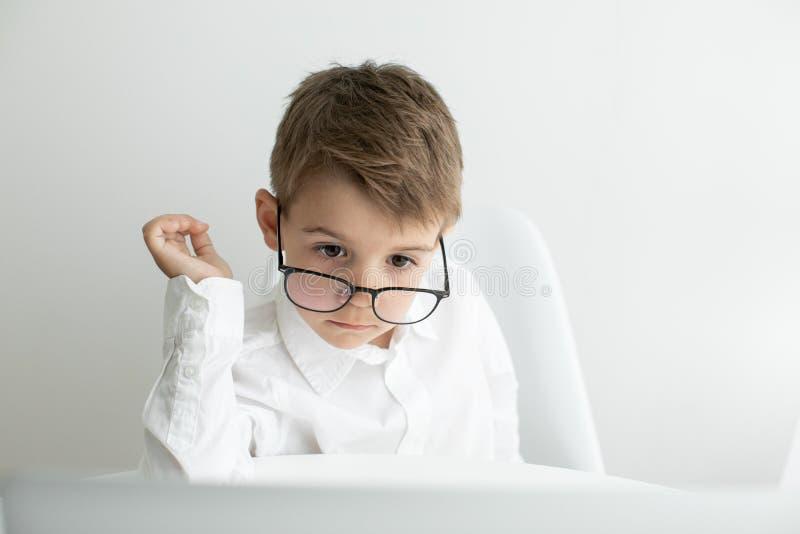 Jeune homme d'affaires travaillant avec l'ordinateur portable au bureau photos stock