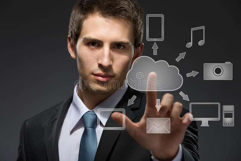Jeune homme d'affaires travaillant avec la technologie de nuage photos stock