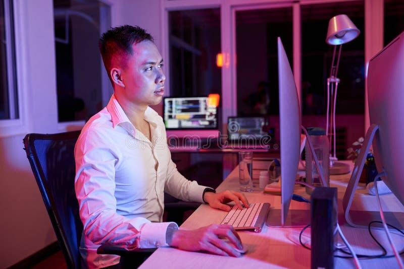 Jeune homme d'affaires travaillant sur l'ordinateur image libre de droits