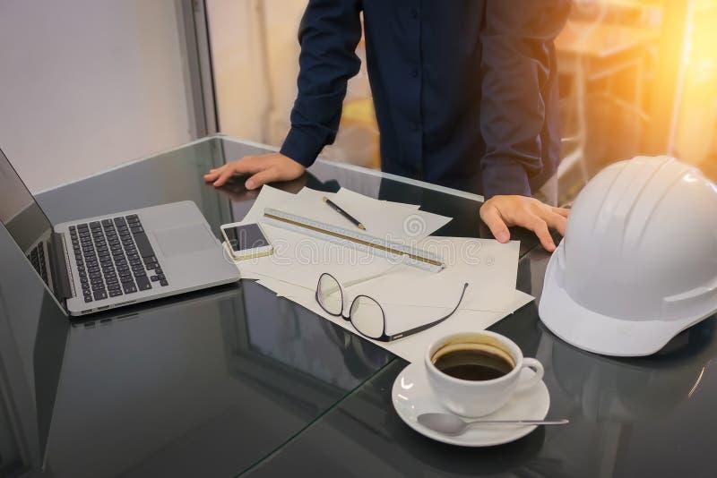 Jeune homme d'affaires travaillant sur son projet plat au construc de site images stock