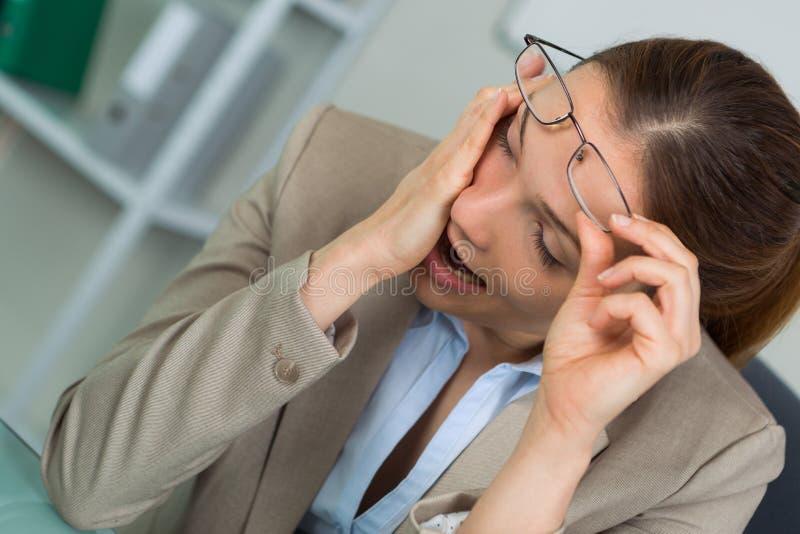 Jeune homme d'affaires trop las à endormi sur le bureau photographie stock libre de droits