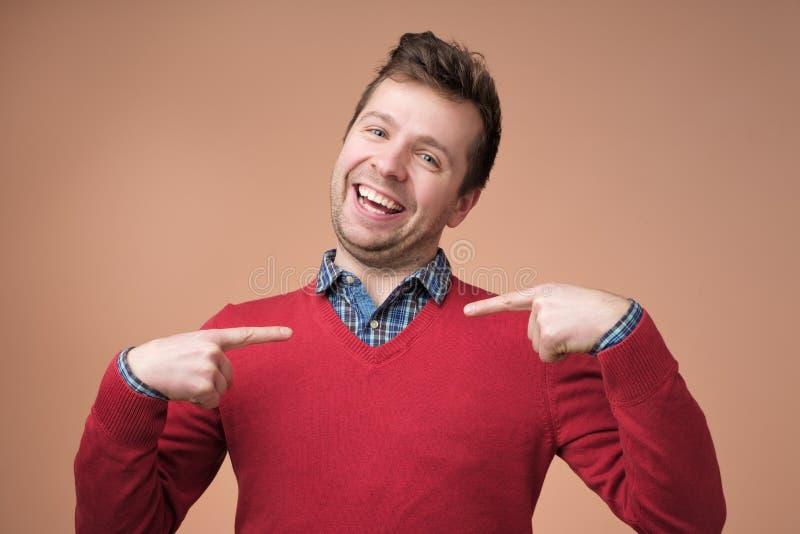 Jeune homme d'affaires, type de regard drôle posant la question, vous me parlant, vous me voulez dire photographie stock