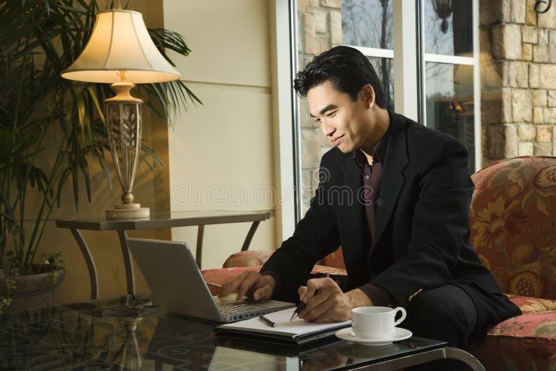Jeune homme d'affaires utilisant l'ordinateur portatif photos libres de droits