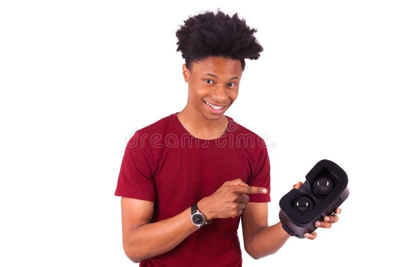 Jeune homme d'afro-américain donnant un casque o de réalité virtuelle de vr images stock
