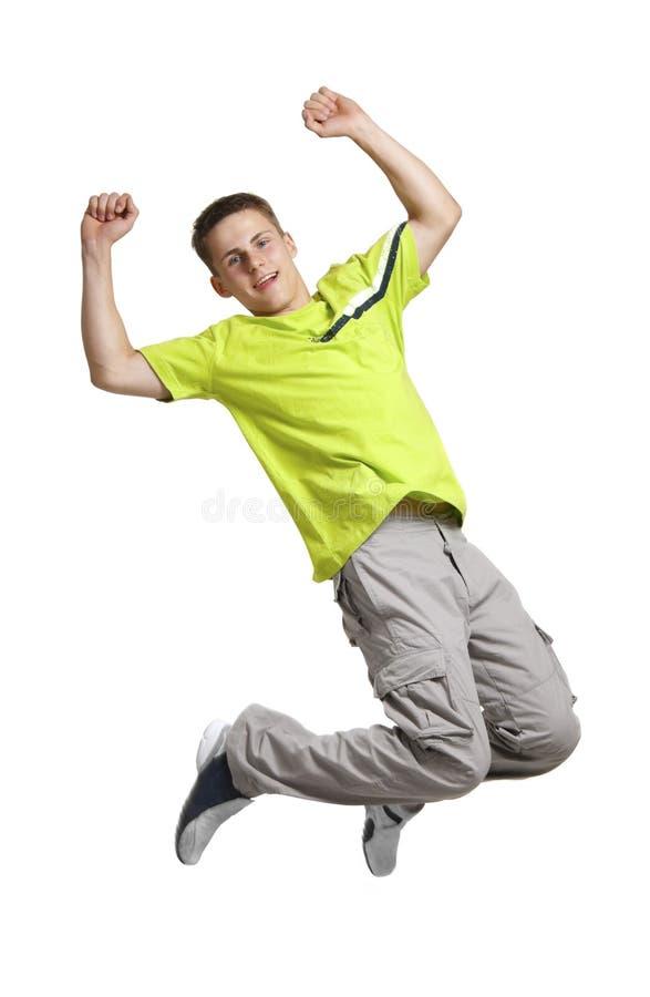 Jeune homme dans brancher vert de chemise de sports photos stock