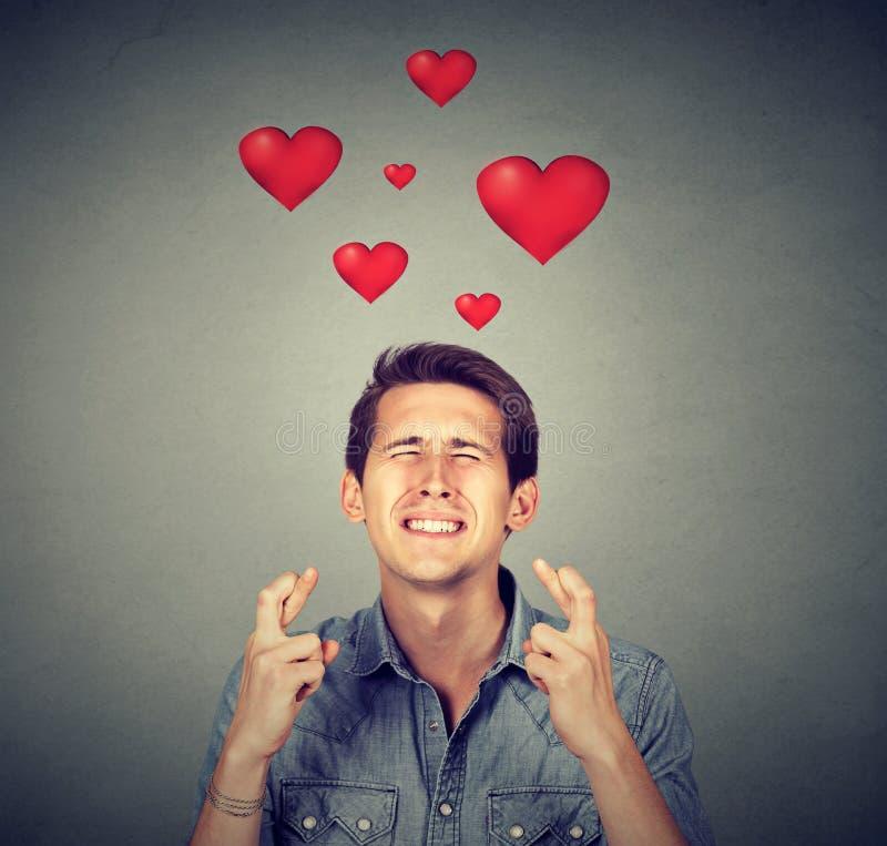 Jeune homme dans l'amour faisant un souhait photo libre de droits