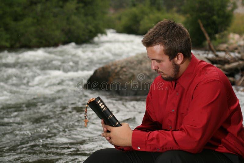 Jeune homme dans la pensée des mots de dieux photo stock