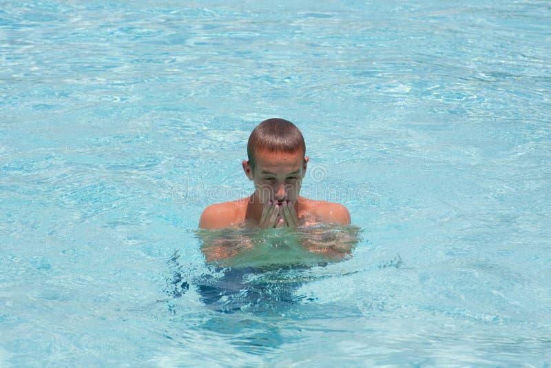 Jeune homme dans la piscine images libres de droits