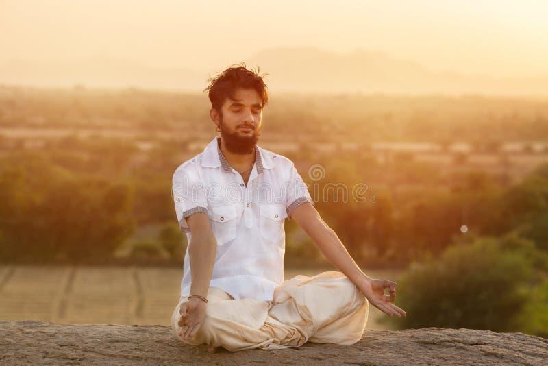 Jeune homme dans la pose de yoga images libres de droits
