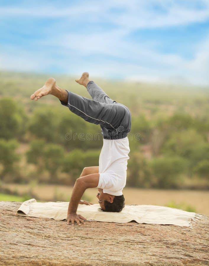 Jeune homme dans la pose de yoga photo libre de droits
