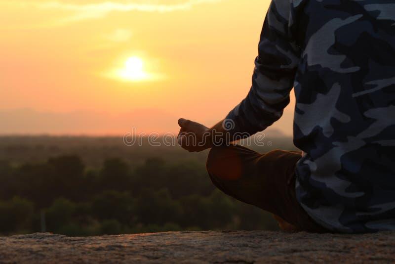 Jeune homme dans la pose de yoga photographie stock libre de droits