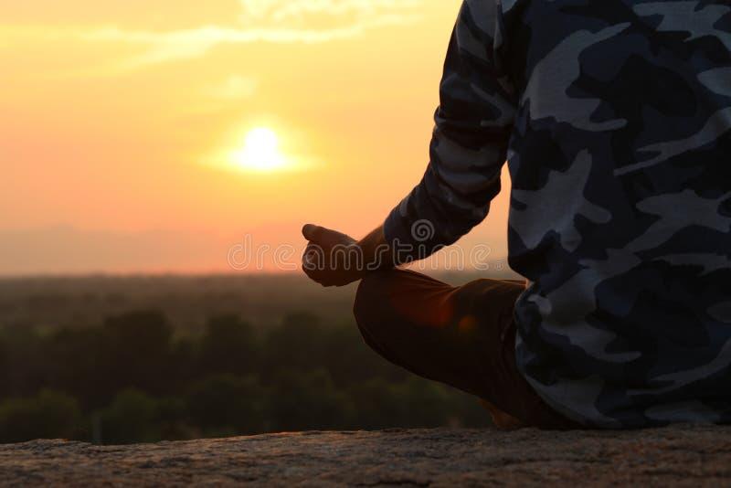 Jeune homme dans la pose de yoga photos libres de droits