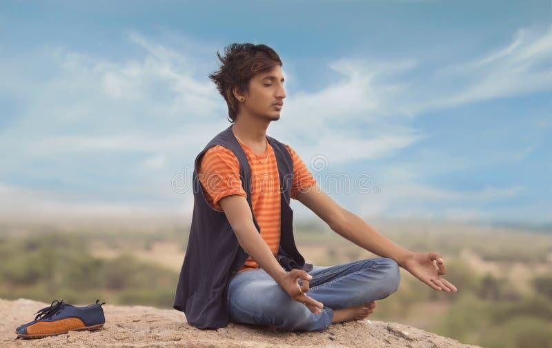 Jeune homme dans la pose de yoga photo stock