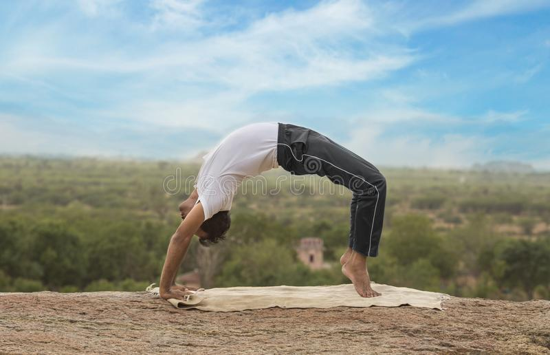 Jeune homme dans la pose de yoga photos stock