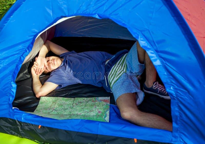 Jeune homme dans la tente photographie stock libre de droits