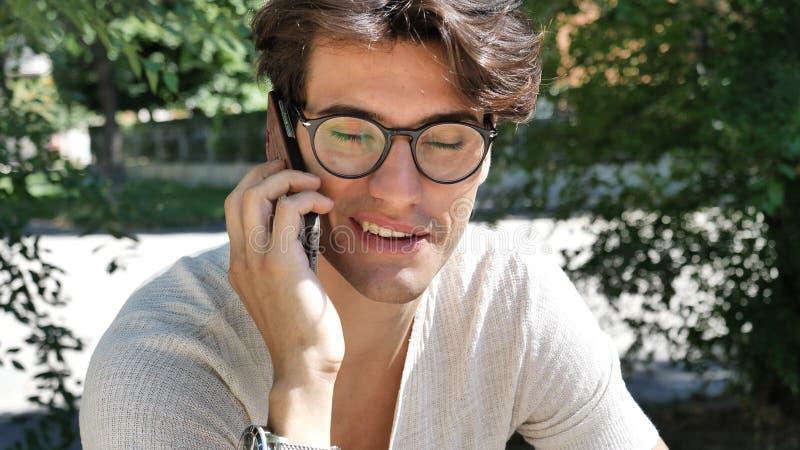Jeune homme dans la ville parlant au téléphone portable images libres de droits