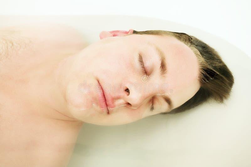 Jeune homme dans le bain image stock