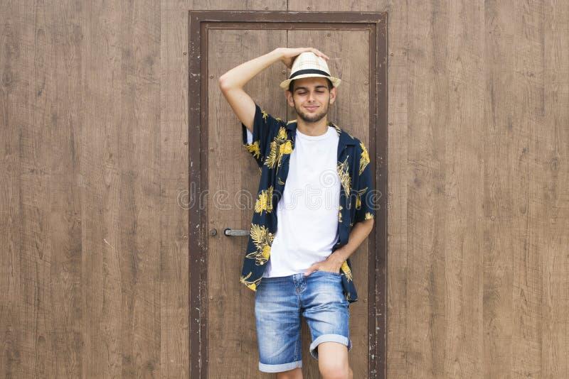 Jeune homme dans le chapeau flexible de paille images libres de droits