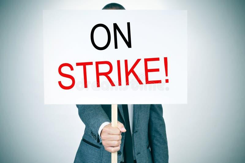 Jeune homme dans le costume en grève photo libre de droits
