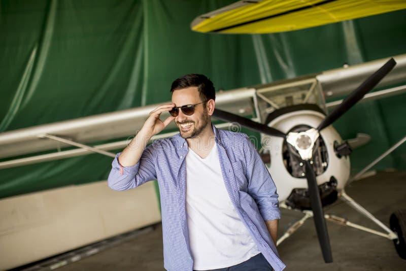 Jeune homme dans le hangar d'avion photo libre de droits