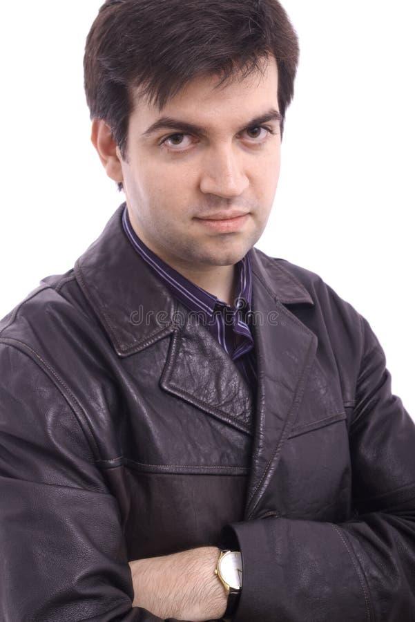 Jeune homme dans une jupe en cuir noire image stock