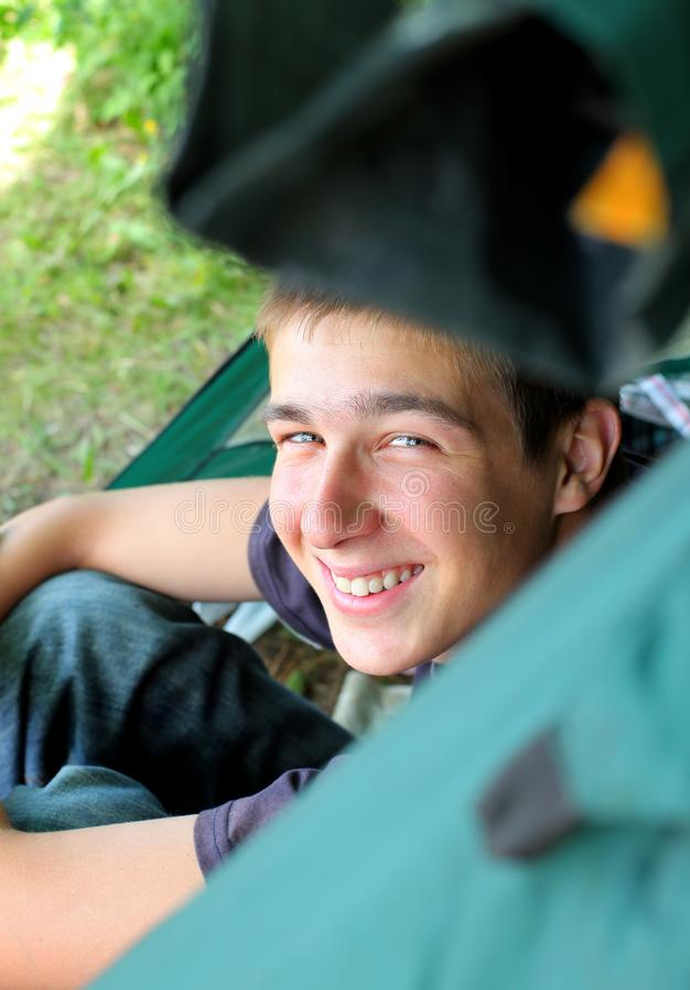 Jeune homme dans une tente image stock