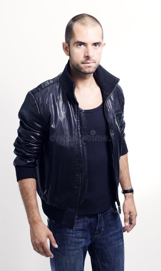 Jeune homme dans une veste en cuir photos stock