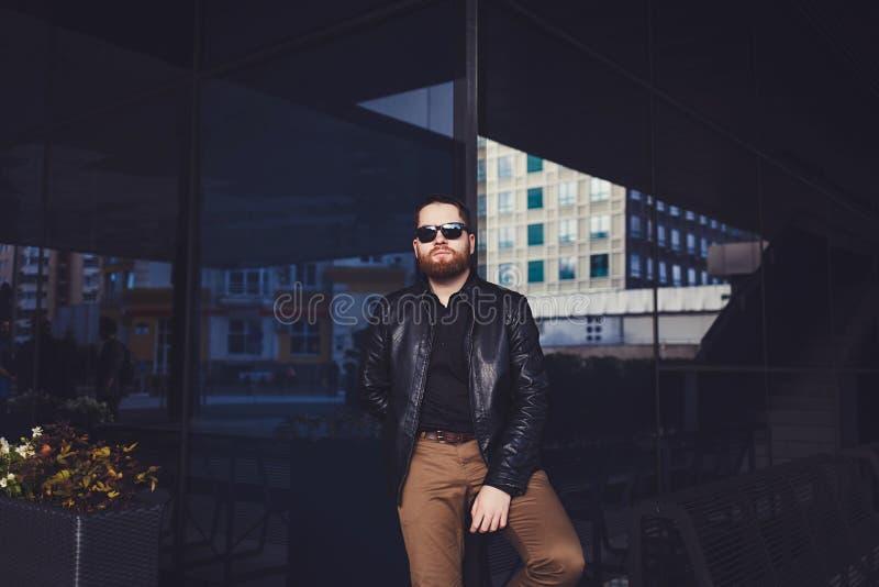 Jeune homme de barbe posant dans la rue photo libre de droits