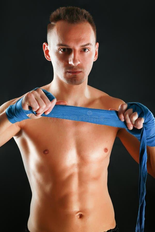 Jeune homme de boxeur d'isolement sur le fond noir image libre de droits