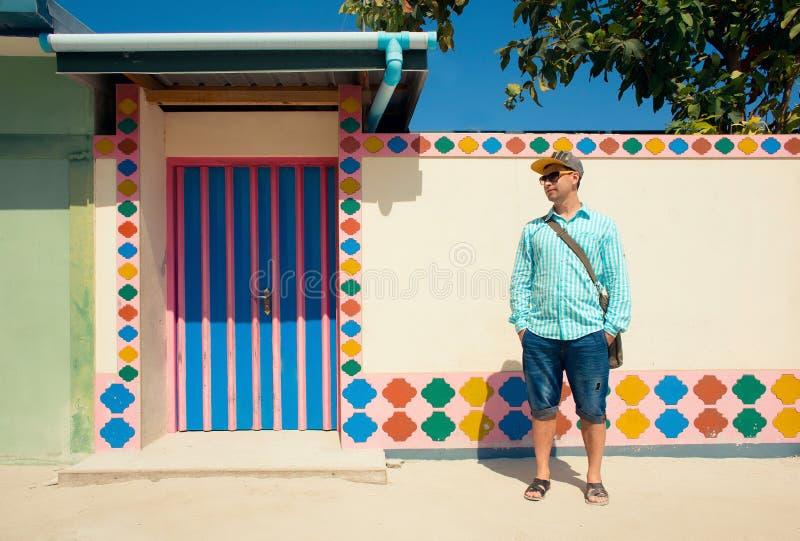 Jeune homme de brune, portant dans la chemise bleue, sandales photos libres de droits