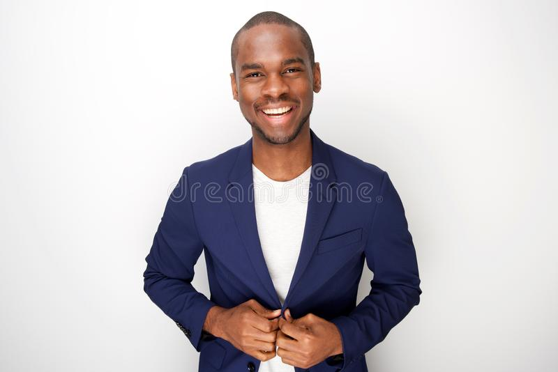 Jeune homme de couleur élégant dans la veste de blazer sur le fond blanc photo stock