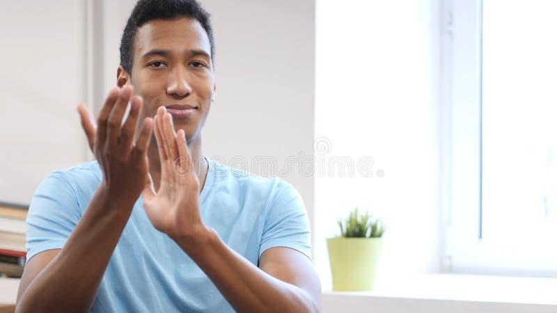 Jeune homme de couleur de applaudissement, portrait d'homme de applaudissement photographie stock libre de droits