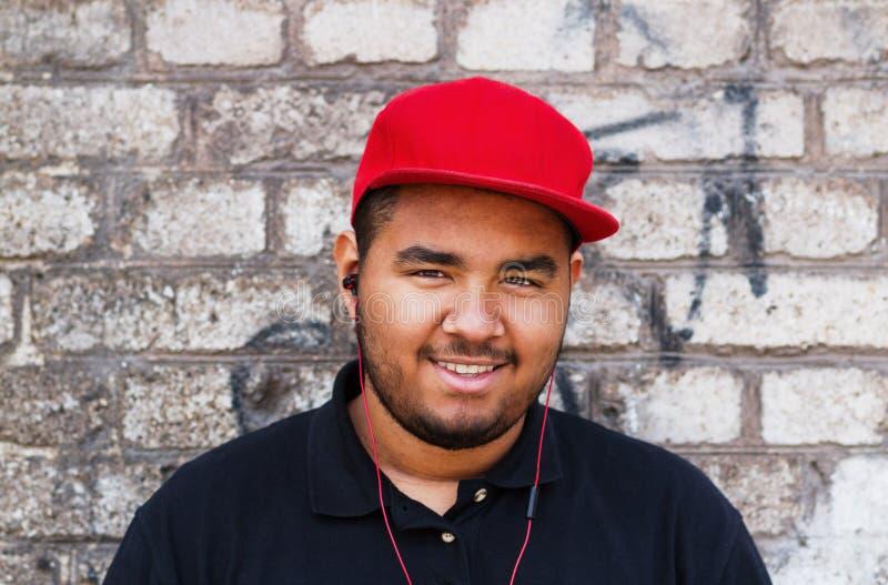 Jeune homme de couleur dans des écouteurs photo stock