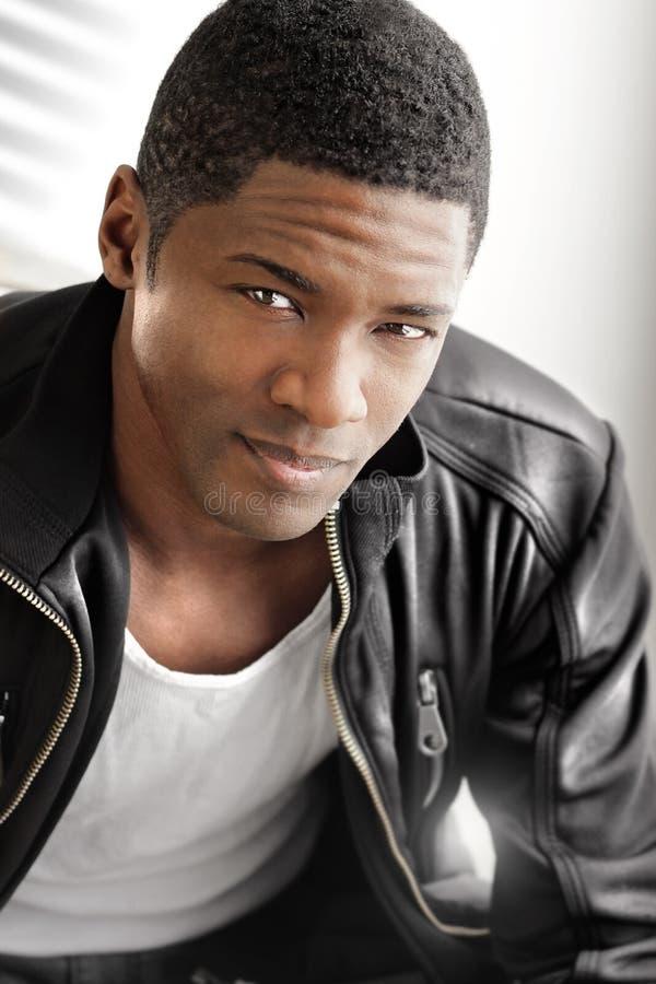 Jeune homme de couleur en cuir photographie stock