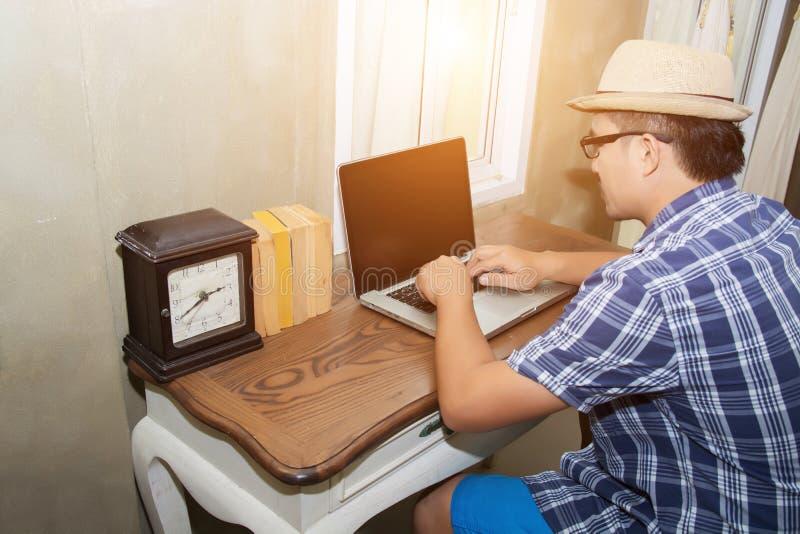 Jeune homme de hippie à l'aide du carnet à rechercher l'information image libre de droits