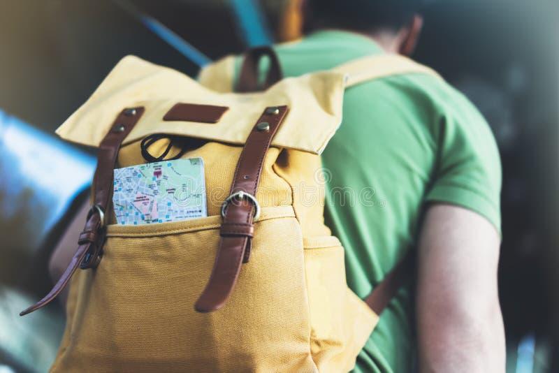Jeune homme de hippie avec le sac à dos et la carte Vue d'itinéraire de touristes arrière de planification de voyageur sur le fon image libre de droits