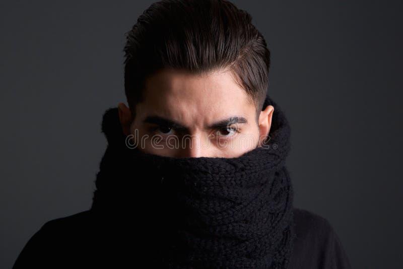 Jeune homme de intimidation avec le visage de bâche d'écharpe image libre de droits