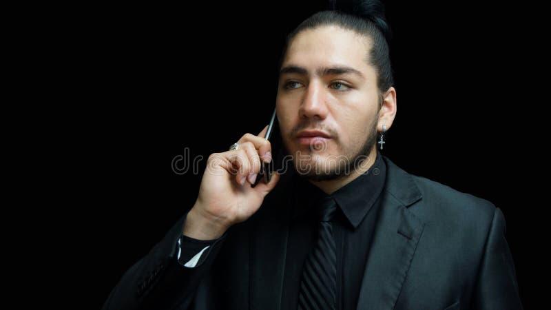 Jeune homme de latino dans le costume noir, chemise noire, lien noir photo stock