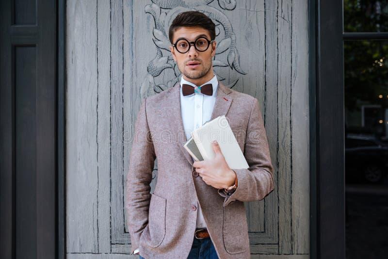 Jeune homme de mode avec des verres de ballot et la pose élégante de coiffure photos libres de droits