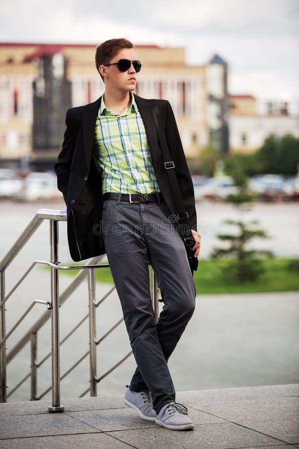 Download Jeune Homme De Mode Dans Des Lunettes De Soleil Sur La Rue De Ville Image stock - Image du confiant, extérieur: 56489361