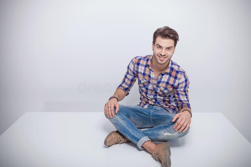 Download Jeune Homme De Mode S'asseyant Avec Ses Jambes Croisées Photo stock - Image du croisé, moderne: 45370148