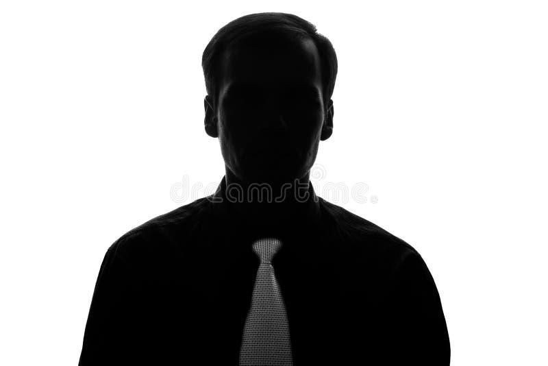 Jeune homme de portrait dans le costume, lien en silhouette - vue de face images stock