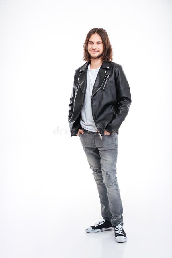 Jeune homme de sourire avec de longs cheveux dans la veste en cuir noire images libres de droits