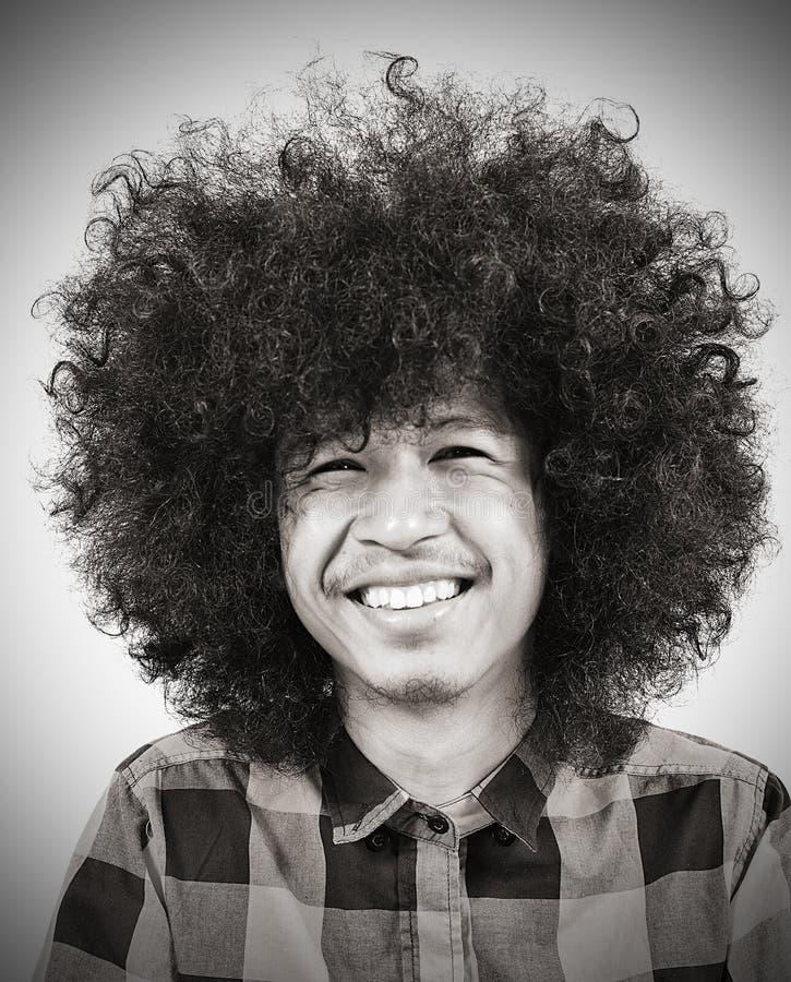 Jeune homme de sourire avec le long cheveu images libres de droits