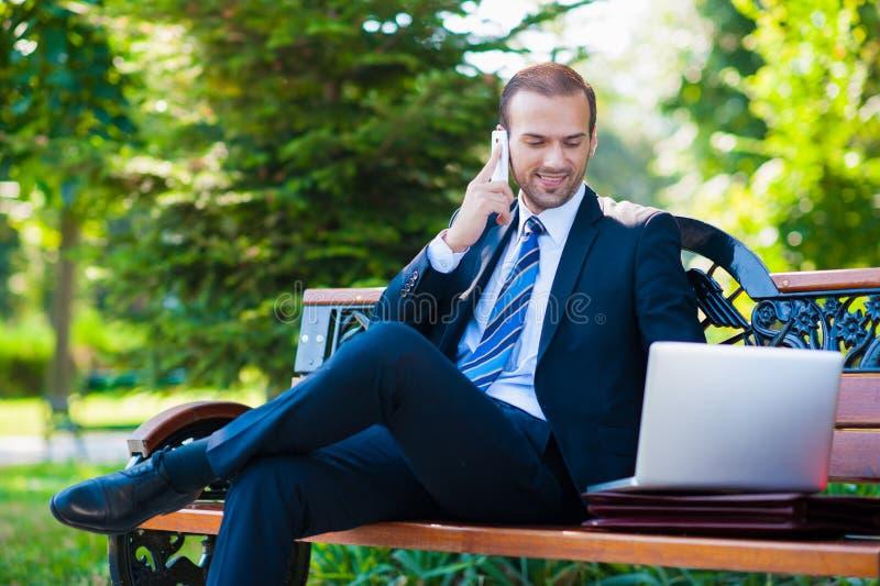 Jeune homme de sourire heureux d'affaires images stock