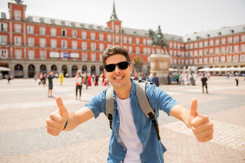 Jeune homme de touristes caucasien beau heureux et enthousiaste prenant un selfie dans maire de plaza, Madrid Espagne images libres de droits