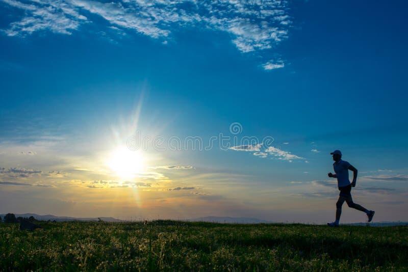Jeune homme de vitalité de sprinter sur le champ photos stock