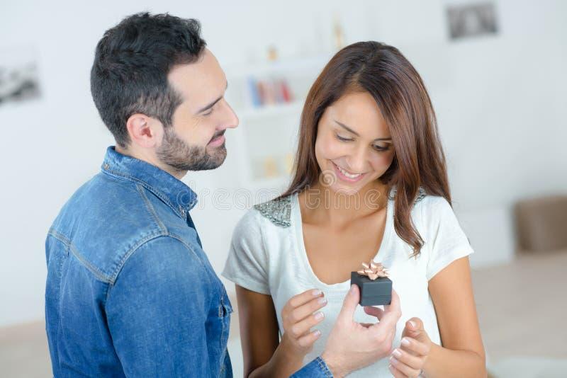 Jeune homme demandant à la belle fille la main photo stock
