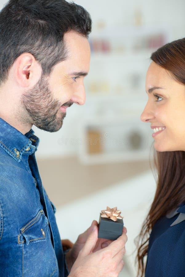 Jeune homme demandant à la belle fille la main photographie stock libre de droits
